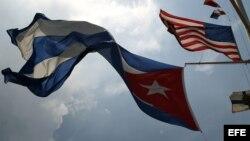 Las banderas de Cuba y EE.UU. ondean juntas en la sede del Club Náutico Internacional Hemingway de Cuba.