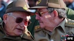 El general del ejército cubano, Raúl Castro (dcha), conversa con el Comandante Guillermo García Frías (izda).