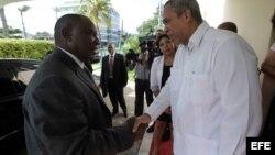 El vicepresidente de Sudáfrica, Cyril Ramaphosa (i), es recibido por el viceministro de Comercio Exterior de Cuba, Antonio Carricarte. EFE