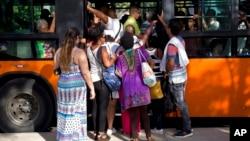 Cubanos intentan subir a un bus. AP/Ismael Francisco