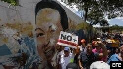 Manifestantes de la oposición venezolana gritan consignas durante una marcha contra la sentencia del Tribunal Supremo de Justicia.