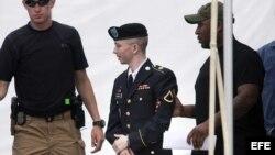 El soldado estadounidense Bradley Manning (C) sale del juicio en Fort Meade, Maryland, EE.UU, hoy 30 de julio de 2013