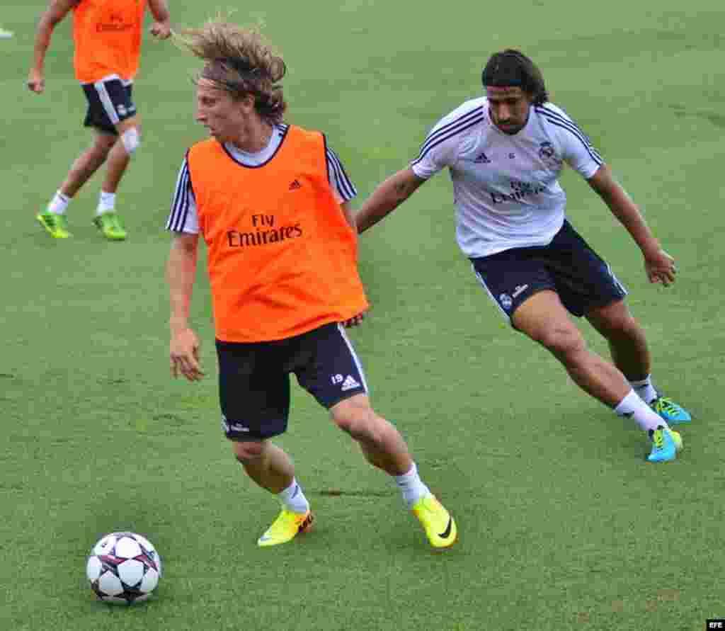 El jugador croata Luka Modric (i) y el alemán Sami Khedira (d) del Real Madrid durante un entrenamiento del equipo el martes 6 de agosto de 2013, en la Universidad de Barry en Miami, Florida (EEUU).