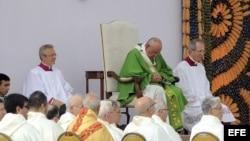 """El papa Francisco celebra una misa hoy, domingo 12 de julio de 2015, en """"Ñu Guazu"""", Paraguay."""