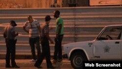 Policias revisan un carnet de identidad (Reporta Cuba)