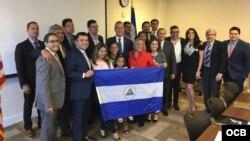 Los congresistas Ileana Ros-Lehtinen y Mario Díaz-Balart junto a líderes de la comunidad nicaragüense en Miami.