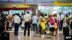 Pasajeros esperan el chequeo de Aduana en el Aeropuerto Internacional José Martí. (Archivo AFP/Adalberto Roque)