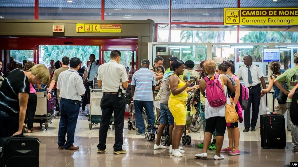 Pasajeros esperan el chequeo de Aduana en el Aeropuerto Internacional José Martí, Foto Archivo AFP/Adalberto Roque.