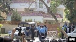 Agentes de policía paquistaníes vigilan la casa en la que se encuentran detenidos familiares de Osama Bin Laden, en Islamabad, Pakistán