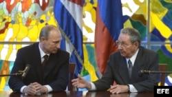El presidente de Rusia, Vladimir Putin y su contraparte cubano, Raúl Castro.
