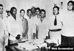 Fidel Castro en el Vivac de Santiago de Cuba, junto con los otros detenidos por el Teniente Sarría