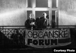 Vaclav Havel y Alexander Dubcek durante la Revolución de Terciopelo el 24 de noviembre de 1989.
