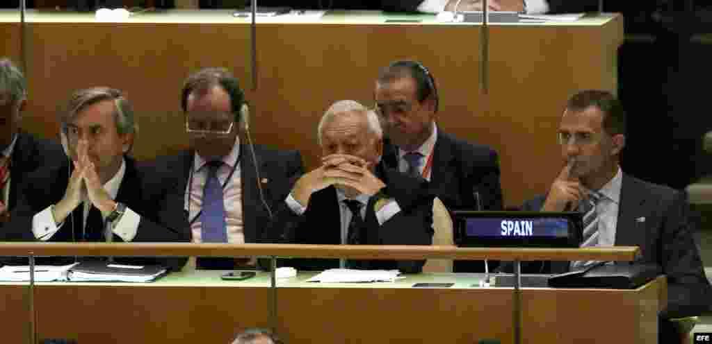 El rey Felipe VI y el ministro español de Asuntos Exteriores, José Manuel García-Margallo (2-d, primer término), siguen la intervención del Papa en la ONU.