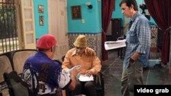 Escena de Vivir del Cuento, programa de la TV cubana que debe su popularidad al humor crítico.