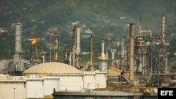 Panorámica de la refinería de la estatal Petróleos de Venezuela (PDVSA)