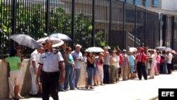 Grupo de personas espera para solicitar visas en la entrada de la Sección de Intereses de EEUU (SINA), en La Habana,Cuba. Archivo.