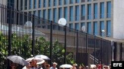 Personas en espera para solicitar visas en la entrada de la Sección de Intereses de EEUU (SINA) en La Habana.