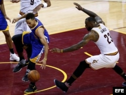 Curry (i) y James (d) luchan por el balón.