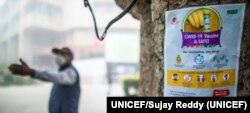 Cartel de información sobre vacuna del Covid en Nueva Delhi