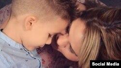 Leticia Pascual con su niño de cuatro años, paciente de cáncer. (Foto Perfil de Facebook)