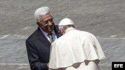 El papa Francisco saluda al presidente palestino Mahmoud Abbas.