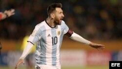 Messi celebra tras anotar un gol frente a Ecuador.