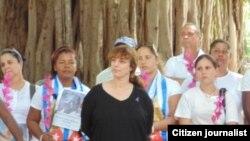 La artista Tania Bruguera acompañó a las Damas de Blanco en su caminata dominical. Foto: Cortesía de Ángel Moya.