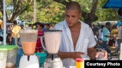 Un cuentapropista cubano. FIU acogerá a 15 jóvenes emprendedores de la isla en un programa de verano. (Foto: InCubando@FIU)