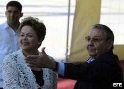 Raúl Castro (d), y la presidenta de Brasil, Dilma Rousseff (i), inauguran el puerto del Mariel
