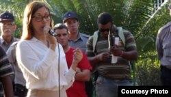 La cónsul ecuatoriana en La Habana Soraya Encalada orienta a los cubanos con pasaje para Ecuador.