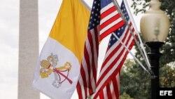 Banderas del Vaticano y Estados Unidos en DC.