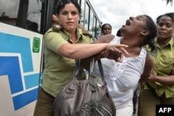 Damas de Blanco es arrestada violentamente, en marzo de 2016.