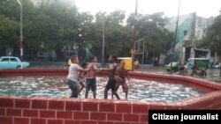 Reporta Cuba Los niños juegan tras intensas lluvias Foto Vladimir Turró