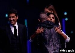 """El presidente del jurado de Viña del Mar 2017 Mario Domm abraza a la cantante cubana Danay Suárez: """"Las reglas son para romperse cuando se mejoran las cosas"""" , dijo Domm"""