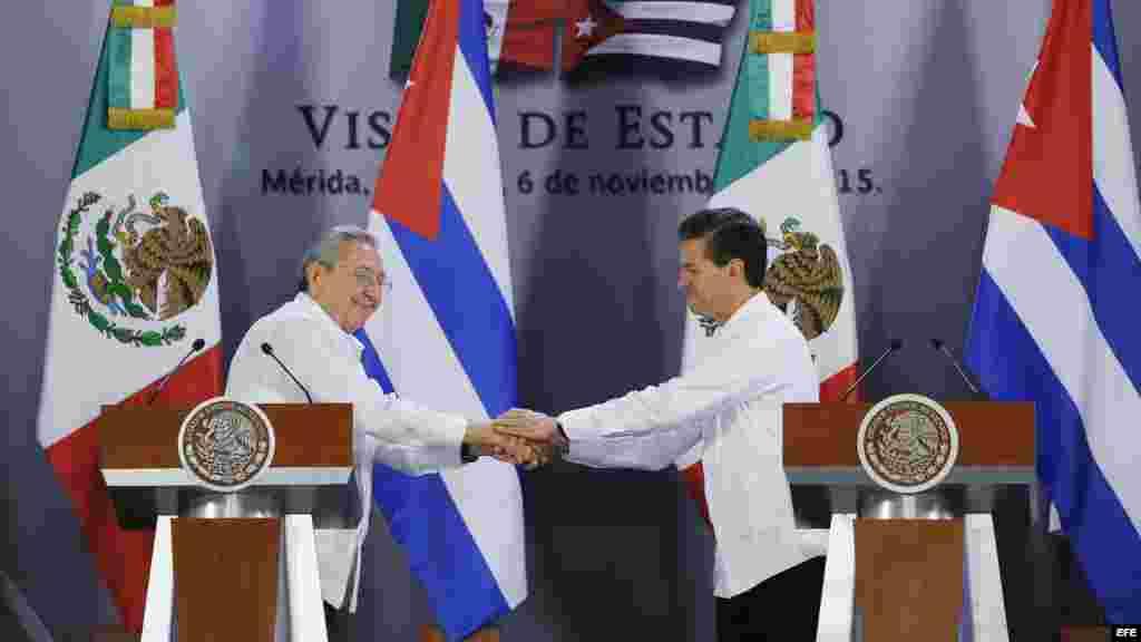 El presidente de México Enrique Peña Nieto estrecha la mano del gobernante cubano Raúl Castro.