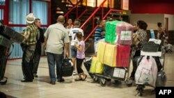 Cubanos en el aeropuerto José Martí.