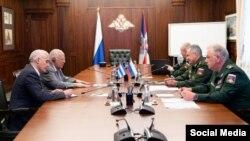 Cabrisas en su reunión con el titular de defensa de Rusia. Tomado de la cuenta oficial en Twitter del Ministerio de Defensa ruso. @mod_russia