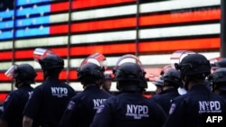Policías en New York, donde se decretó Toque de Queda