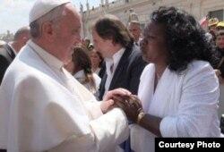 El papa Francisco saluda a la líder de las Damas de Blanco Berta Soler, en mayo de 2013.