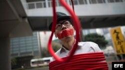 Ciudadanos de Hong Kong recurren al 'performance' para protestar por la desaparición de cinco libreros críticos con el gobierno comunista de China.