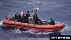 La Guardia Costera publicó algunas fotos del rescate de los balseros. (Foto: Guardia Costera de EEUU)