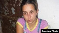 Arianna López tras 9 horas de violento interrogatorio en una unidad policial de Placetas. (Fotos: Facebook de Janny Corrales)