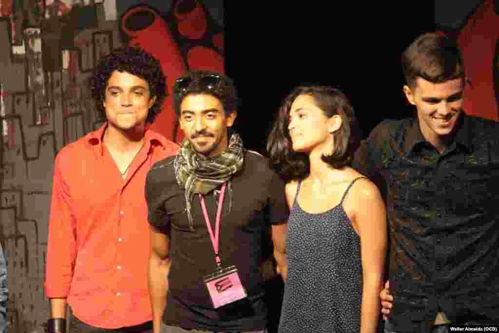 Jazz Vilá, director de Rascacielos (segundo a la izquierda) junto a los actores de la obra.