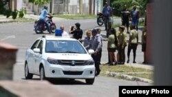 Foto de un operativo frente a la sede de las Damas de Blanco en La Habana.