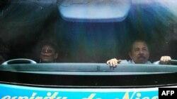 El mandatario de nicaragua, Daniel Ortega, y su esposa, la vicepresidenta Rosario Murillo dentro de un bus. Julio 6 de 2019. Foto de Maynor Valenzuela. (AFP).