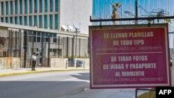 Un negocio ofrece llenado de planillas y servicio de fotografía para visas y pasaportes en los alrededores de la Embajada de EEUU en La Habana.