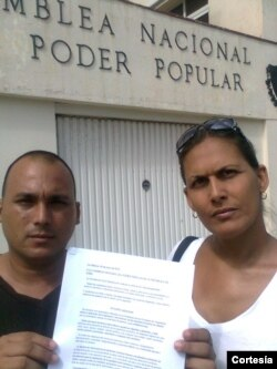 Ignacio estrada y Wendy Iriepa entregan peticion LGBT