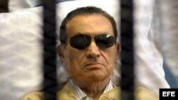 Fotografía de archivo del 2 de junio de 2012 del expresidente egipcio Hosni Mubarak, en una camilla tras rejas.