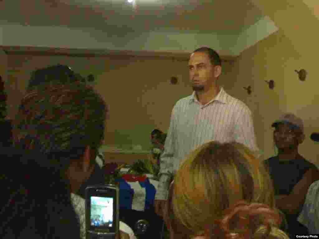 El pastor Mario F. Lleonart Barroso hace una oración por JWSG. Cortesía de Rafael Pérez González.