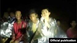 El último niño y el entrenador del equipo juvenil de fútbol Wild Boars fueron extraidos este martes 10 de julio de una cueva inundada en Tailandia.